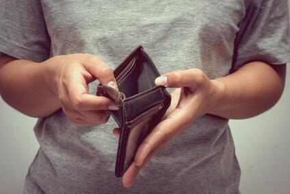 un portefeuille vide dans les main d'un homme qui veux faire achat noel