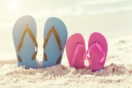Tongues colorées sur plage