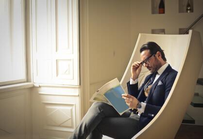 homme élégant assis sur un fauteuil