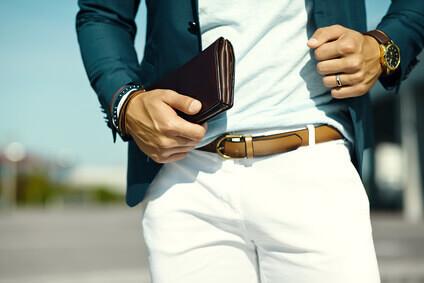 Mode le portrait de jeune homme d'affaires le bel homme modèle dans le tissu informel convient avec accesories sur des mains