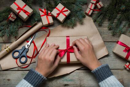 préparation des cadeaux au bureau