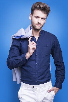 Handsome man in a dark blue shirt on a blue background -Bel homme dans une chemise bleu foncé sur un contexte bleu