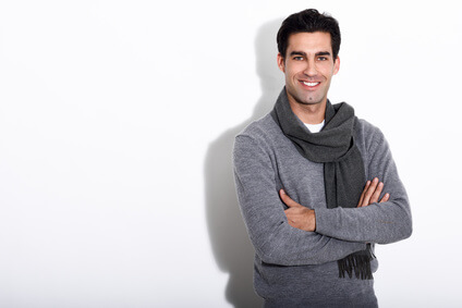 Handsome man wearing winter clothes on white background -Bel homme portant vêtements d'hiver sur contexte blanc