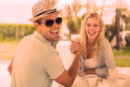 jeune couple prenant un café ensemble
