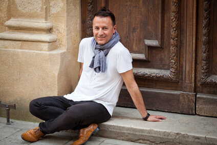 Homme (40s) détendu, heureux et souriant