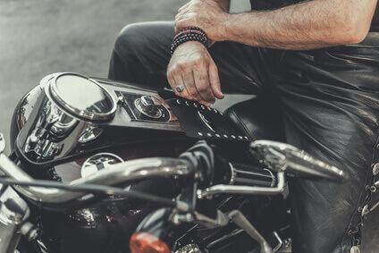 Homme pret pour un voyage en moto
