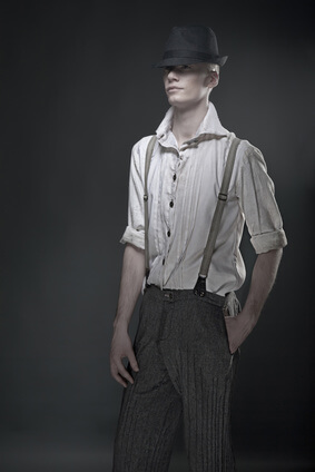 Junger blonder Mann in 20er Jahre Kleidung