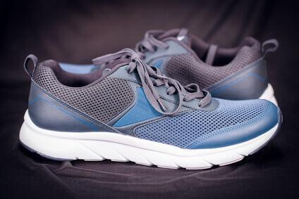 Les chaussures de sport ferment en haut