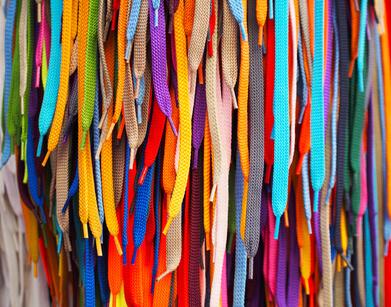 Les lacets ciré sur soulier brillants colorés accrochés