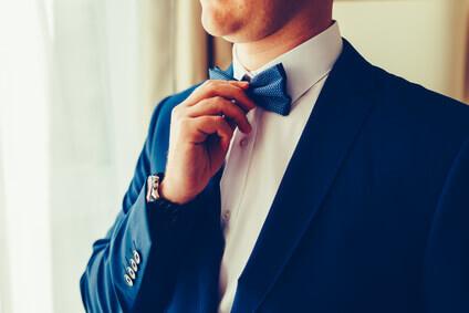 c6371257c11d Homme dans un costume élégant portant un nœud papillon bleu