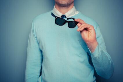 Jeune homme classe portant des lunettes de soleil
