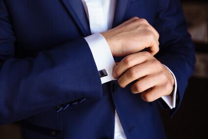 main d'homme avec boutons de manchette.homme élégant