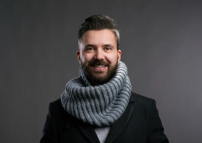 homme avec une écharpe grise