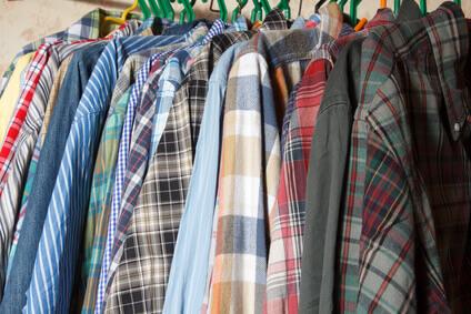 vetements homme au placard et chemises