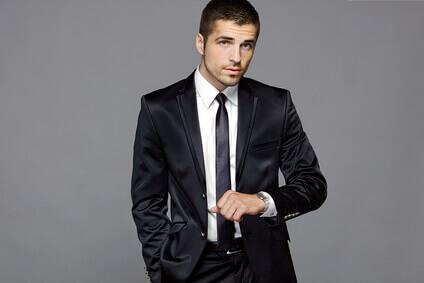 Modèle masculin dans costume noir, studio