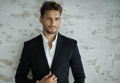 Portrait dun homme sexy dans costume noir