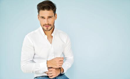 Portrait of handsome male model in white shirt - Portrait de beau modèle masculin dans chemise blanche