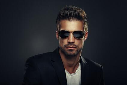 Portrait d'homme avec lunettes de soleil