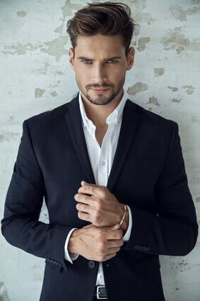 Portrait d'un homme sexy en costume noir