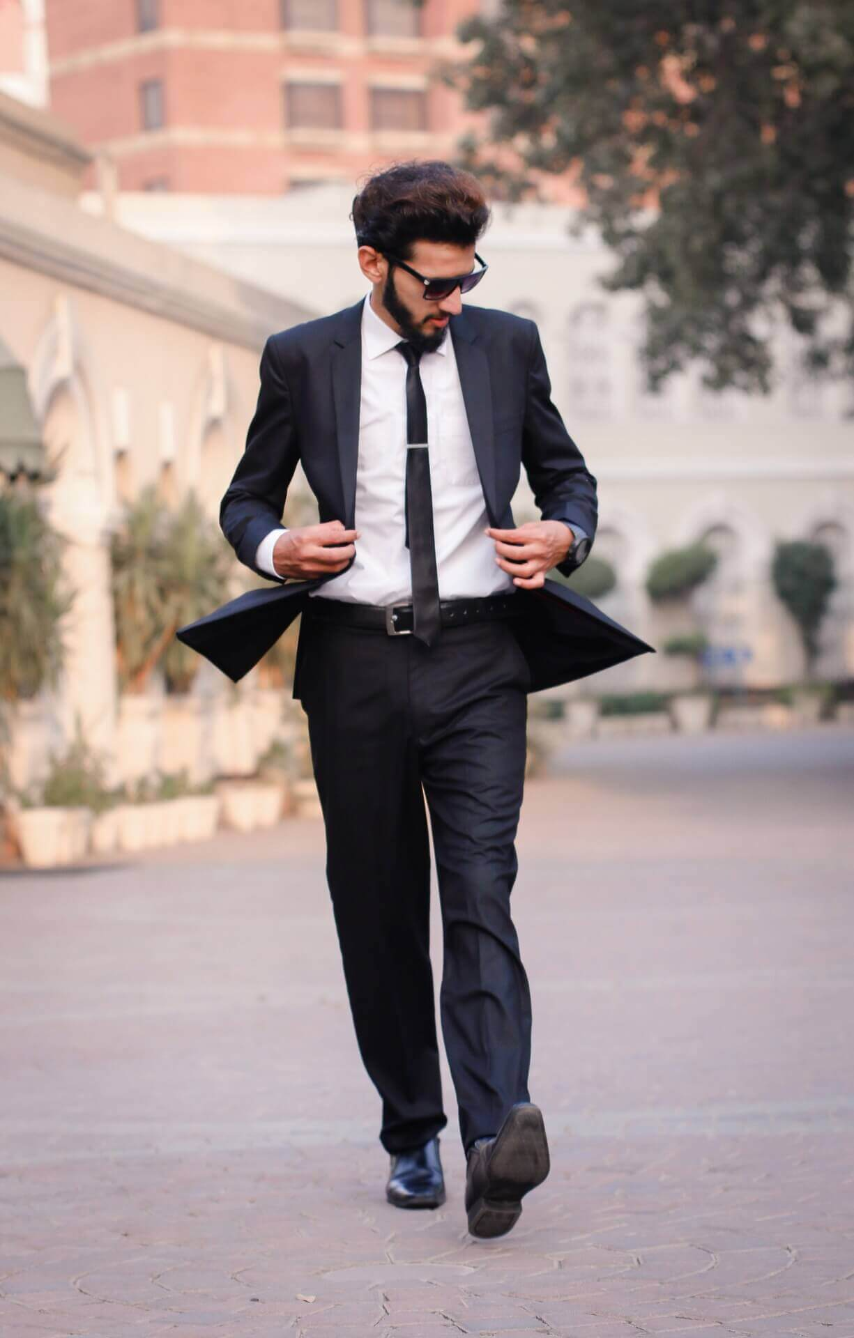 homme en costume cravate dandy