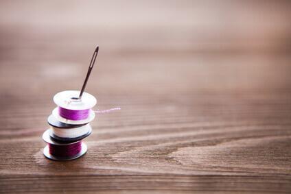 Tailleur- bobine de couture colorée sur fond bois