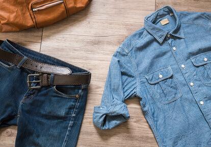 Vintage clothing and accessories on the wooden background -Vêtements vintage et accessoires sur le contexte en bois