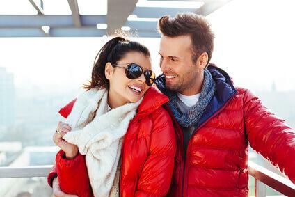 jeune couple avec manteau rouge