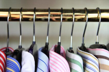 chemises de couleur accrochées à un portant