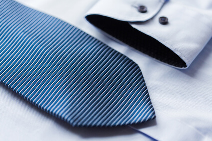 close up of shirt and blue patterned tie - col de chemise et la cravate à motifs bleue