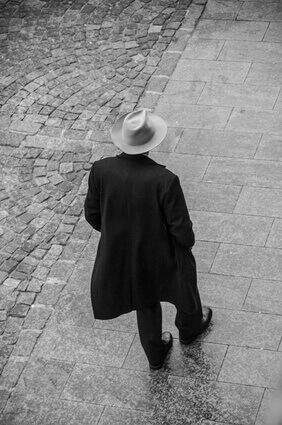 homme élégant avec un manteau noir et un chapeau