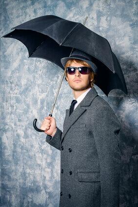 il pleut, homme vetu d'un manteau et parpluie