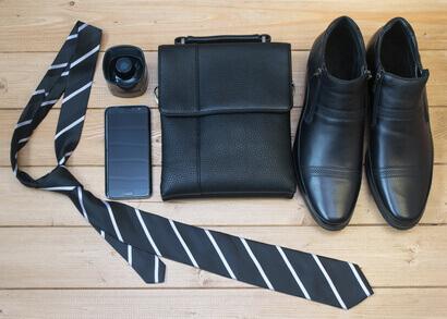 accessoires contemporain de mode pour homme, cravate, boutons de manchette, ceinture, lacets, montre