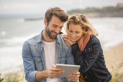 jeune couple avec tablette