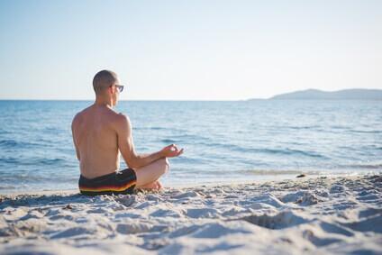 jeune homme sportif faisant du yoga