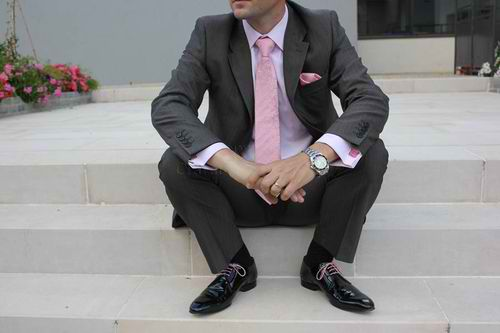 Marié en rose et gris